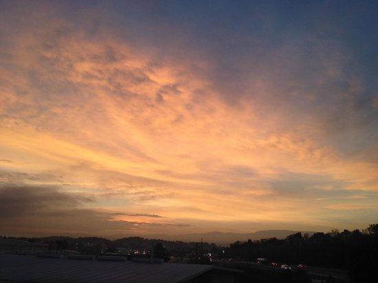Days Inn Greeneville: Sunrise over mountains from my room