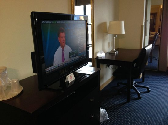 Holiday Inn Express Hotel & Suites Byron: TV & Writing Desk