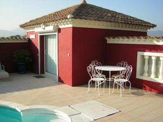 Villa l'Eau Vive : Chambre Magali près de la piscine