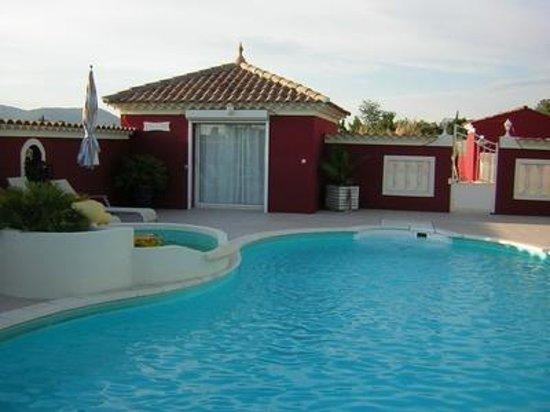 Villa l'Eau Vive : Chambre Magali au bord de la piscine