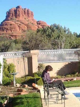Canyon Villa Bed and Breakfast Inn of Sedona: Enjoying some reading next to the pool