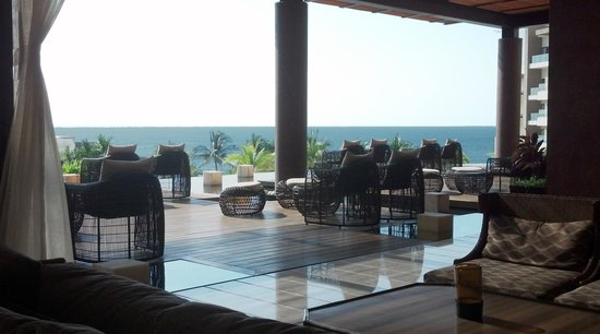 Now Amber Puerto Vallarta: The Now Amber lobby feel very luxurious especially with a nice ocean breeze!