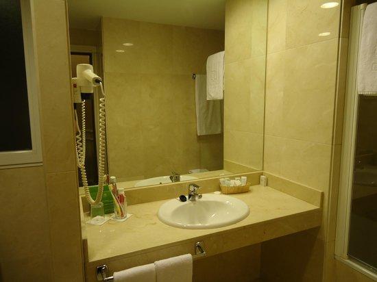 Emperador Hotel Madrid: Baño amplio