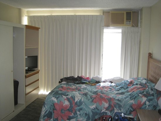 Waikiki Prince: Small Room - has cable TV, A/C, windows with shades