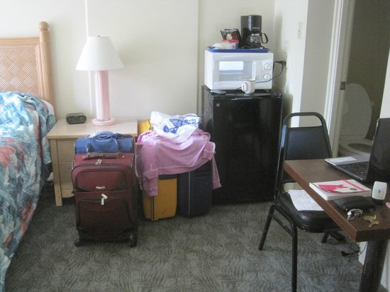 Waikiki Central Hotel: Small Room - has fridge, microwave, coffee pot