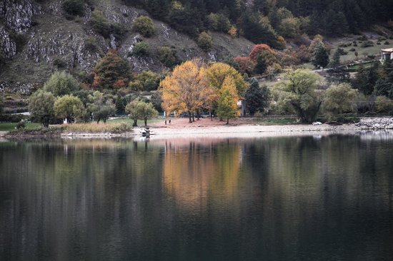 Al Peschio Pizzuto: Il lago nei pressi dell'agriturismo