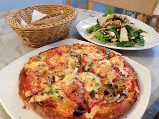 SKIZA Cafe: veggie pizza and an amazing spinach / pear salad