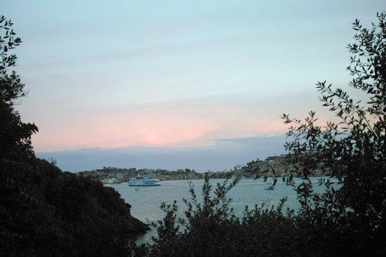 Hotel Grotte del Paradiso: Blick nach Portoferraio am Morgen vom Zimmer aus