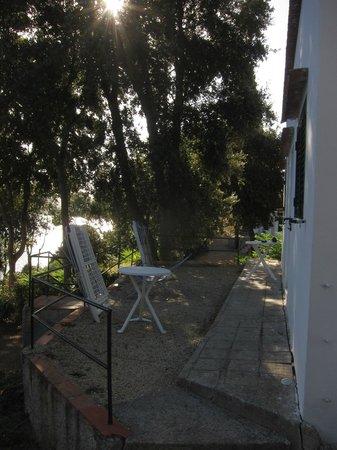 Hotel Grotte del Paradiso: Platz vor den Zimmern in der mittleren Reihe