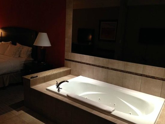 Holiday Inn Express Hotel & Suites Woodstock: Killer Jacuzzi tub!