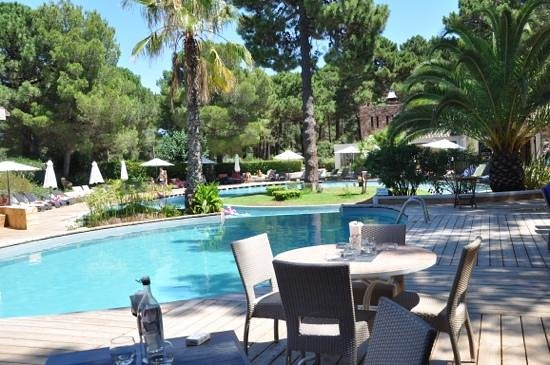 Kilina Hotel: Restaurant autour de la piscine