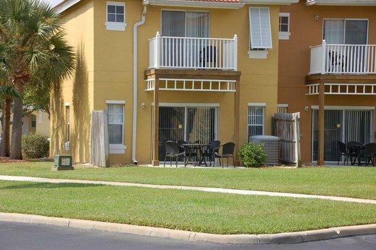 Hapimag Residenz Orlando - Lake Berkley: Hausansicht mit Terrasse