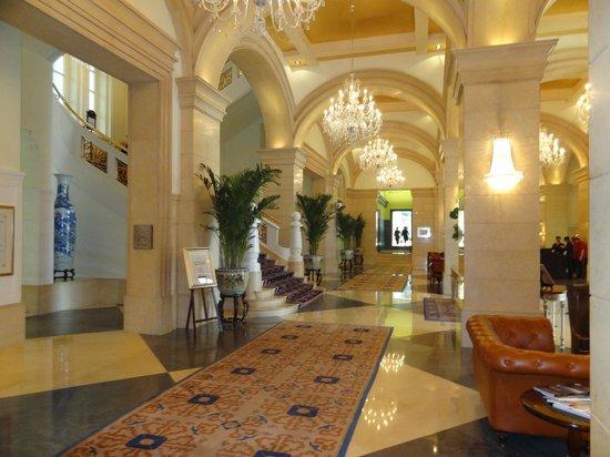 Raffles Beijing Hotel : Despues de un dia agitado por Beijing este silencioso hall es un hoasis de paz.