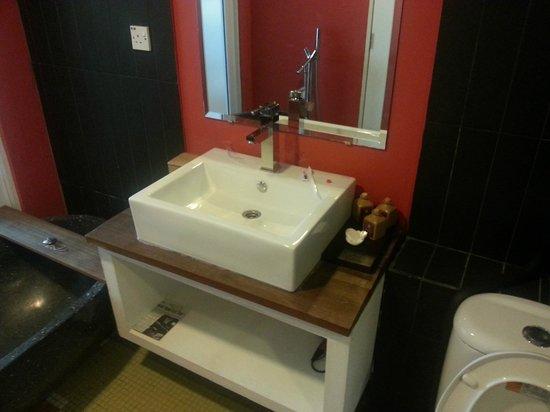 Batik Boutique Hotel : The bathroom