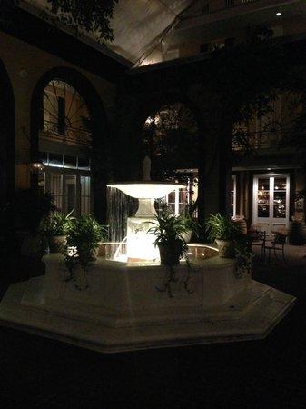 Hotel Mazarin : Fountain in courtyard at night