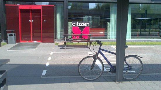 citizenM Schiphol Airport : Припарковался у главного входа