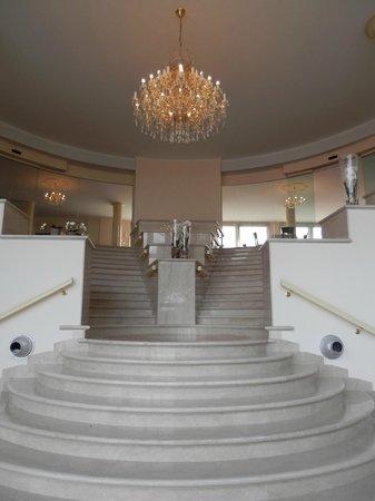 Pilgrim's Hotel: Ingresso della struttura con scalone