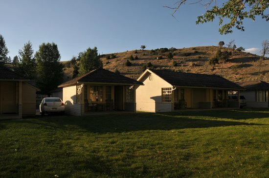 Cozy cabin picture of mammoth hot springs hotel cabins for Mammoth hot springs hotel cabins