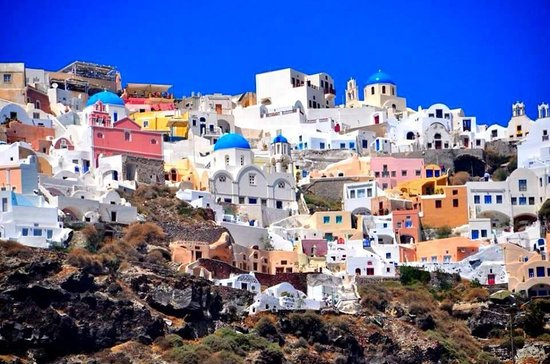 Firostefani, Grecia: View of Oia from our catamaran