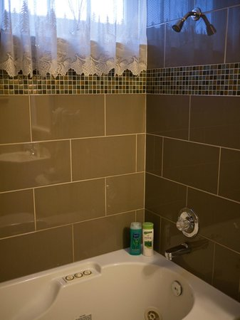 Wildflower Inn: Enjoy the jetted tub in one of our new bathrooms.
