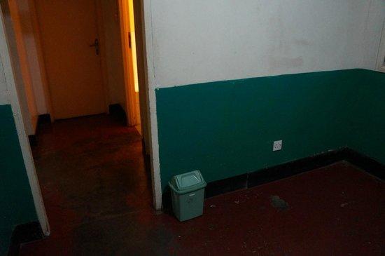 Mweya Hostel: Entrance