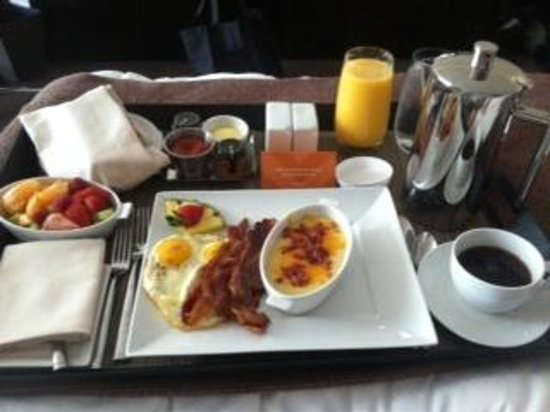 Loews Atlanta Hotel: star service breakfast on the room service menu...fantastic (those are grits on the side)