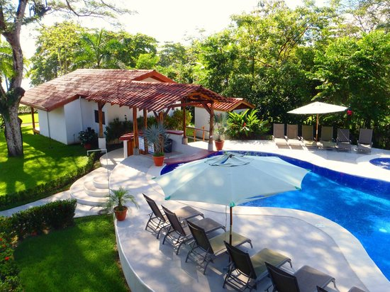 Agua Dulce Beach Resort: View of the pool and hot tub