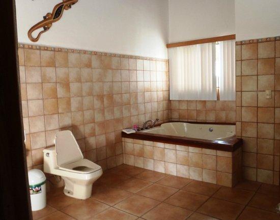 Agua Dulce Beach Resort: In-room jacuzzi - huge bathroom