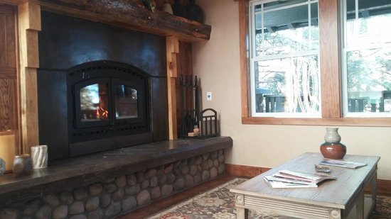The Grand Idyllwild Lodge: Comfy, Cozy relaxing space
