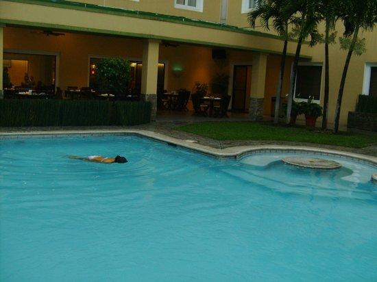 Holiday Inn San Salvador: Piscina