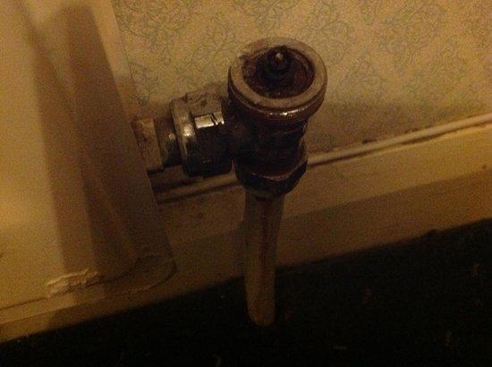 BEST WESTERN Birmingham Walsall Barons Court Hotel: Damaged radiator