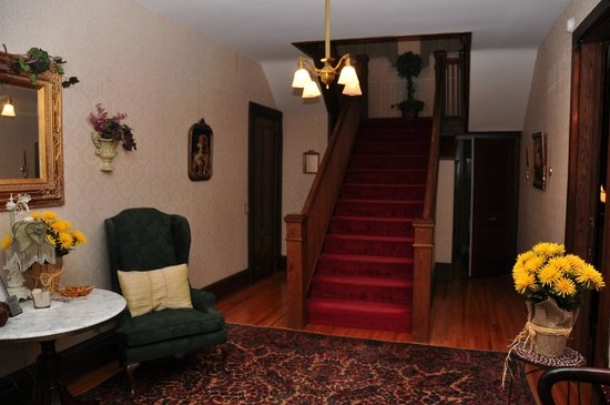 1840 Inn on the Main Bed and Breakfast: Stairway to upper rooms