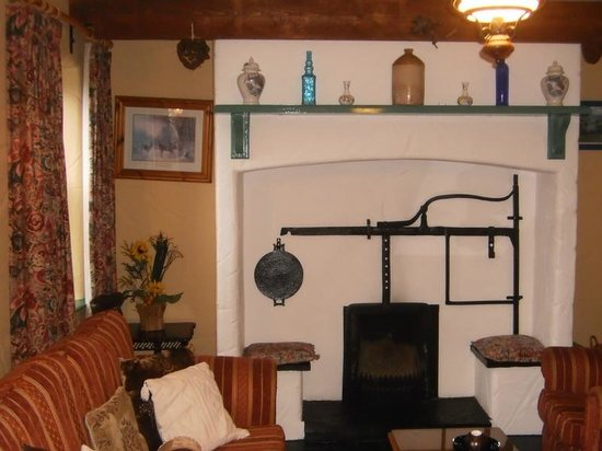 Atlantic View Cottages: Traditional IrishFireplace