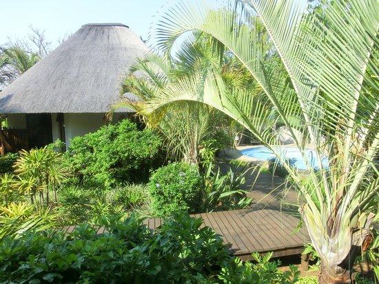 Lodge Afrique: Blick in den Garten mit Chalet