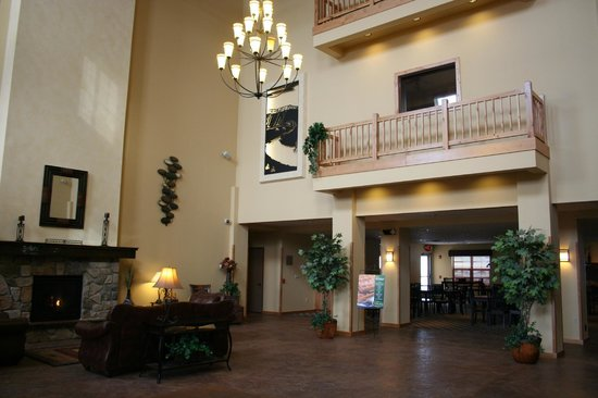 AmericInn Hotel & Suites Fargo South — 45th Street: Lobby