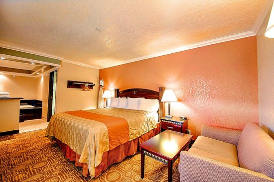 Econo Lodge Inn and Suites Fallbrook Downtown: Jacuzzi Suite Guest Room