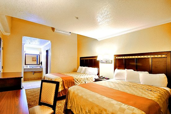 Econo Lodge Inn and Suites Fallbrook Downtown: Deluxe 2 Queens Guest Room