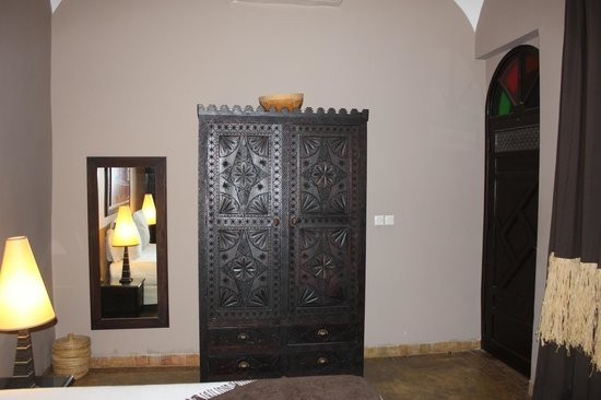 Dar Silsila: Beautiful armoire in our room.