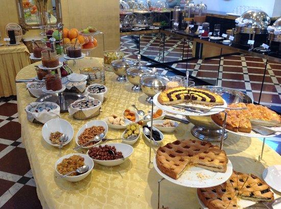 Grand Hotel Yerevan: Noe av frukosten- masse godt