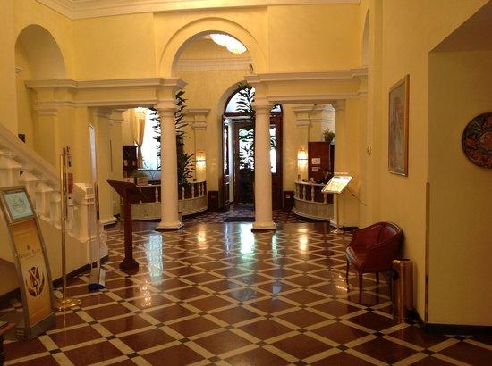Grand Hotel Yerevan: Resepsjonsområdet