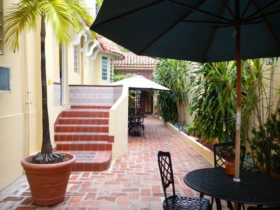 Canario Boutique Hotel : Patio area with several tables and chairs