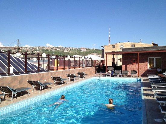 Grand Hotel Yerevan: Bassenget på taket for et forfriskende bad midt i storbyen