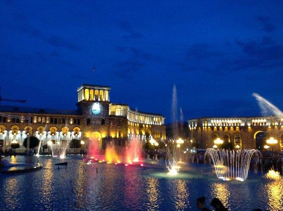 Grand Hotel Yerevan: Republic Square- En liten spasertur ned gaten fra hotellet