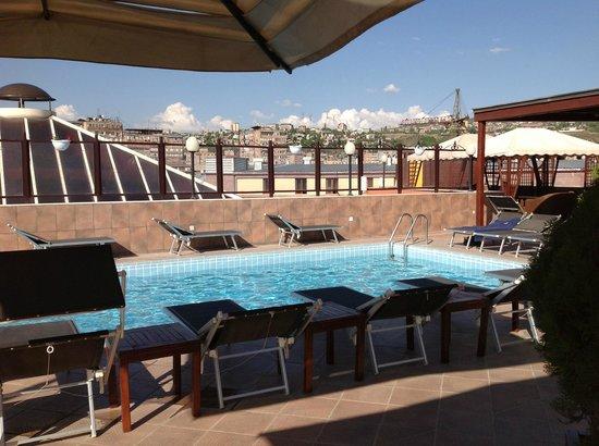 Grand Hotel Yerevan: Bassenget på taket