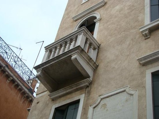 Hotel La Forcola: balcony, canal view room