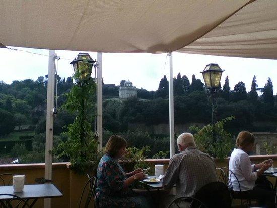 Florence Old Bridge B&B: Terraza del Restaurante vista a los jardines de Boboli