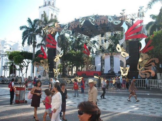 Plaza de Las Armas: DECOR AT CARNIVAL