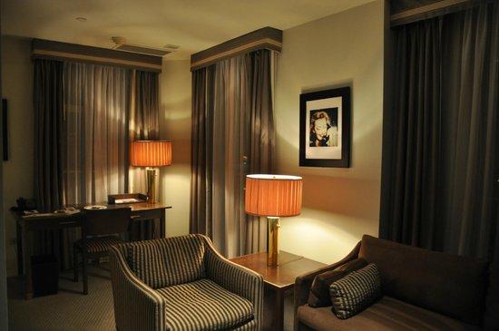 Sunset Tower Hotel: Ampla sala de estar