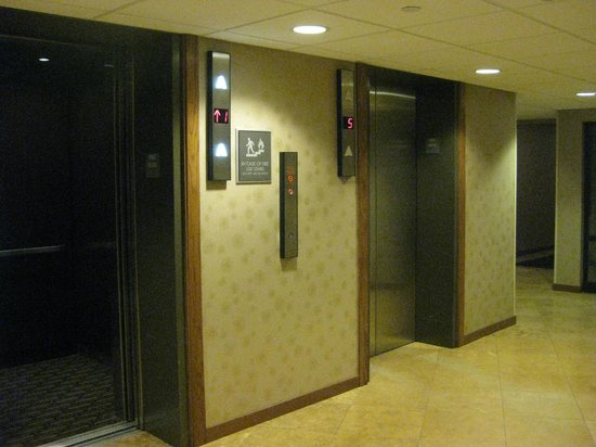 Crowne Plaza Milwaukee Airport: elevators