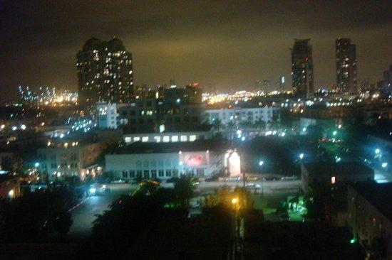 Marriott Stanton South Beach : Vista da janela do quarto para Miami à noite